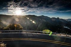Por do sol da estrada da montanha Imagens de Stock