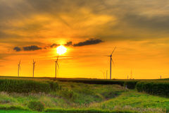 Por do sol da exploração agrícola do moinho de vento Fotografia de Stock Royalty Free