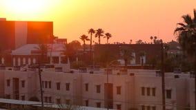 Por do sol da filtração sobre a skyline com alargamentos da lente vídeos de arquivo