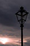 Por do sol da lâmpada de rua Imagens de Stock
