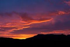 Por do sol da meia-noite surpreendente em Islândia com obscuridade Imagem de Stock