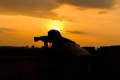 Por do sol da menina do fotógrafo Fotografia de Stock Royalty Free