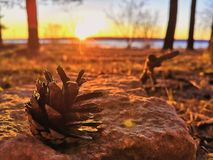 Por do sol da mola nos bancos do rio de Kama fotografia de stock