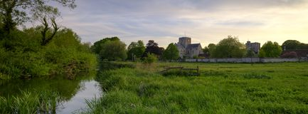 Por do sol da mola sobre o hospital da cruz do St, Winchester, Hampshire, Reino Unido fotografia de stock