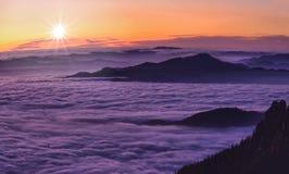 Por do sol da montanha acima das nuvens Imagem de Stock Royalty Free