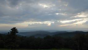 Por do sol da montanha de cume azul de lapso de tempo com nuvens pesadas video estoque