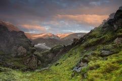 Por do sol da montanha perto de Landmannalaugar Fotografia de Stock