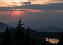 Por do sol da montanha rochosa fotos de stock royalty free