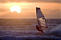 Por do sol da navigação do Windsurfer Fotografia de Stock Royalty Free