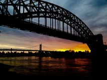 Por do sol da noite da ponte de Astoria New York Fotografia de Stock