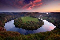 Por do sol da noite na curvatura em ferradura, rio de Vltava, república checa imagem de stock