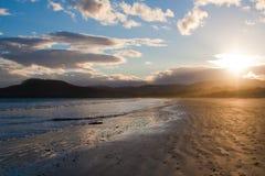 Por do sol da noite na praia de sete milhas, Tasmânia imagens de stock royalty free