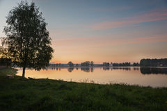 Por do sol da noite no lago Fotos de Stock Royalty Free
