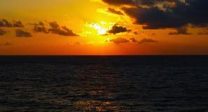 Por do sol da noite no mar Fotografia de Stock
