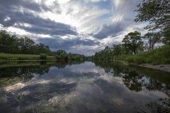 Por do sol da noite no rio Imagens de Stock Royalty Free