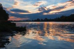 Por do sol da paisagem no rio Foto de Stock