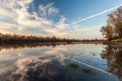 Por do sol da paisagem no rio Fotografia de Stock