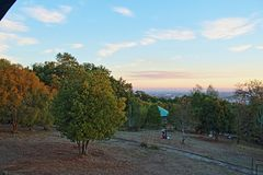 Por do sol da parte superior do monte ñielol imagens de stock
