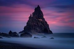Por do sol da pirâmide de Reynisdrangar Imagens de Stock