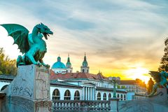 Por do sol da ponte do dragão de Ljubljana foto de stock