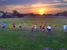 Por do sol da prática do futebol do futebol de Milutinac imagens de stock