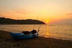 Por do sol da praia com pesca do caiaque fotos de stock royalty free