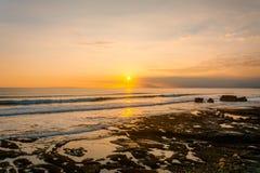 Por do sol da praia de Gadon perto do templo do lote de Tanah foto de stock royalty free