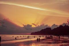 Por do sol da praia de Radhanagar, ilhas de Andaman imagem de stock