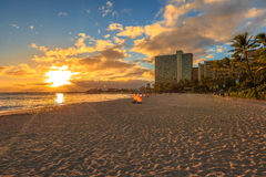 Por do sol da praia de Waikiki Imagens de Stock