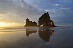 Por do sol da praia de Wharariki fotografia de stock royalty free