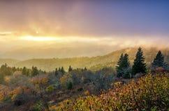 Por do sol da queda, montanhas de Cowee, Ridge Parkway azul foto de stock