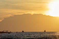 Por do sol da reunião na praia de Puka Imagens de Stock Royalty Free