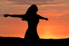 Por do sol da silhueta da mulher Imagem de Stock