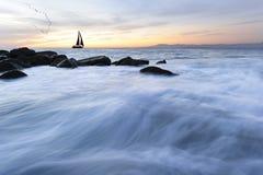 Por do sol da silhueta do veleiro Imagens de Stock