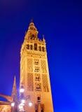Por do sol da torre de Sevilha Giralda em Sevilla Andalusia imagem de stock