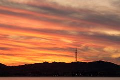 Por do sol da torre de Sutro como visto do porto de Oakland Fotos de Stock