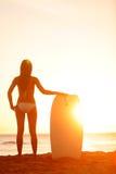 Por do sol das férias da mulher da praia do surfista do verão Fotografia de Stock Royalty Free