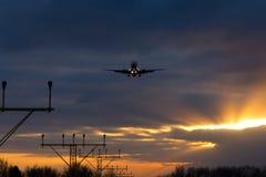 Por do sol de aterrissagem de Boeing 737 intitulados Fotografia de Stock