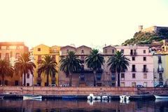 Por do sol de Beautuful na cidade pequena Boda sardinia Italy Imagem de Stock