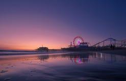Por do sol de Califórnia sobre Santa Monica Foto de Stock