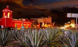 Por do sol de Cancun na avenida Kukulcan México fotos de stock