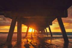 Por do sol de debaixo do molhe da praia de Glenelg Imagens de Stock