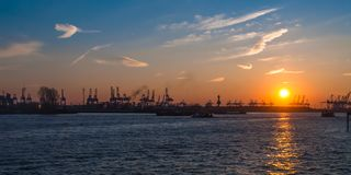 Por do sol de Elbe do guindaste do panorama de Hamburgo imagem de stock royalty free