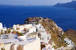 Por do sol de espera dos povos na ilha de Santorini, Grécia Foto de Stock