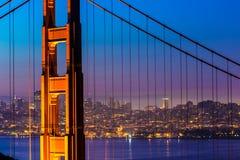 Por do sol de golden gate bridge San Francisco através dos cabos imagem de stock royalty free