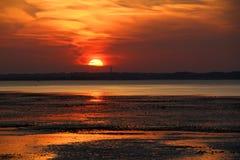 Por do sol de Kent na maré baixa fotos de stock royalty free