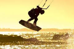 Por do sol de Kitesurfer Fotos de Stock Royalty Free