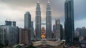 Por do sol de Kuala Lumpur City Center com a chuva filme