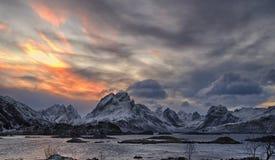 Por do sol de Lofoten em dezembro foto de stock