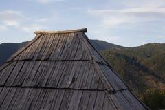 Por do sol de madeira velho do churche do telhado fotos de stock